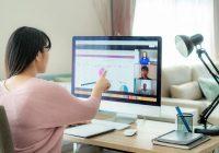 Rapariga em chamada Zoom com colegas de escritório a verem gráficos numa plataforma